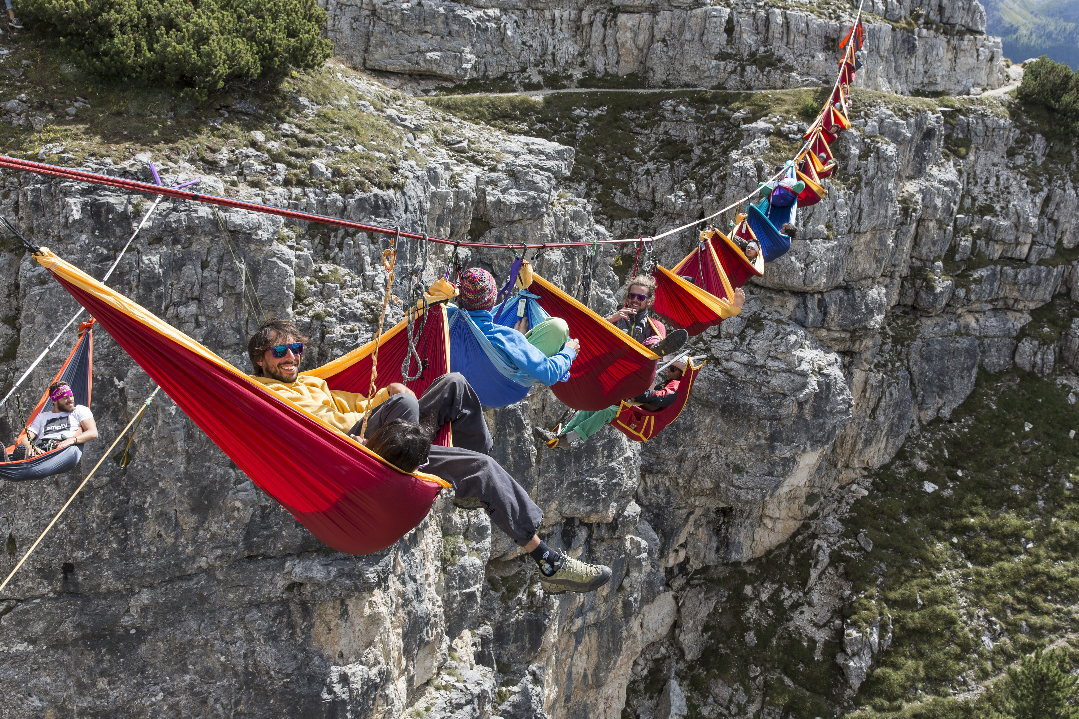 Chillseekers: Highliners set up hammocks to relax hundreds ...
