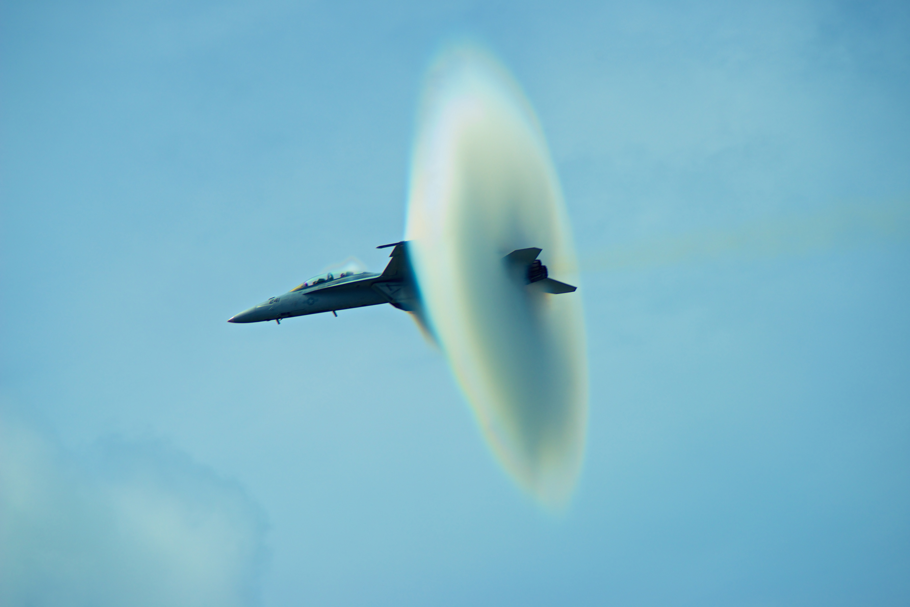 Snapper shoots stunning image capturing jet at speed of