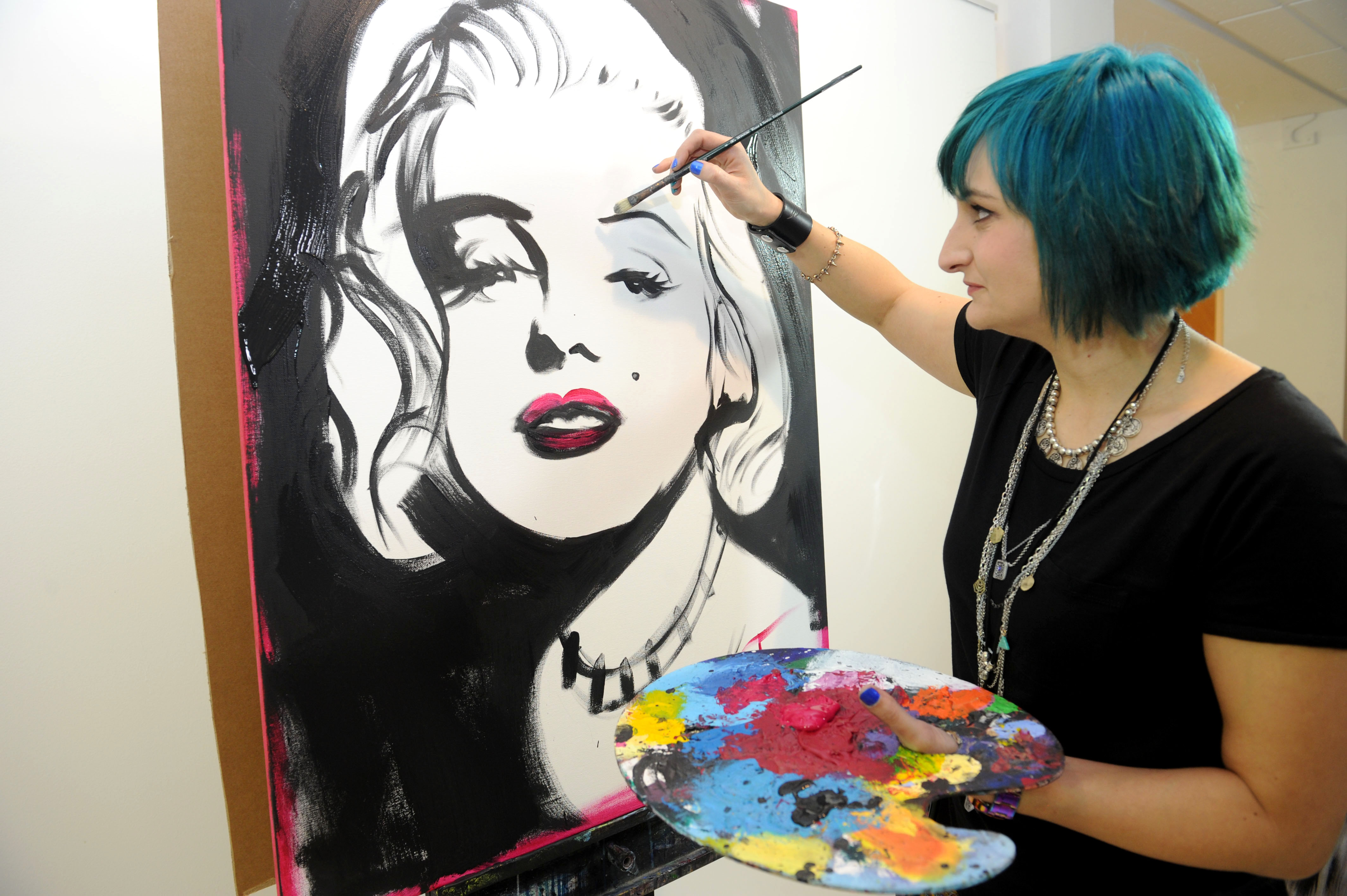 Super Speed artist paints portraits of celeb icons in 180 seconds GR67