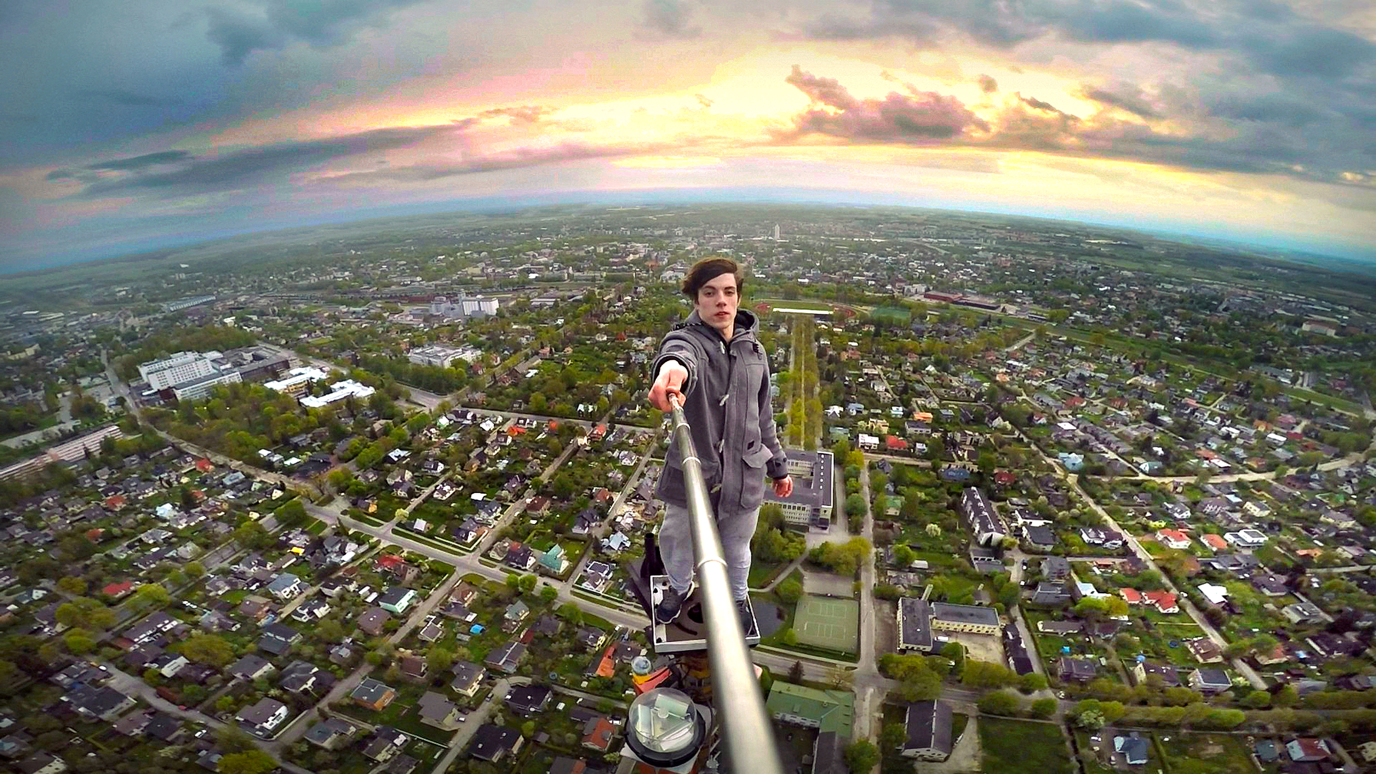 Fearless Teens Film Nailbiting Stunts Atop 600ft Tv Tower