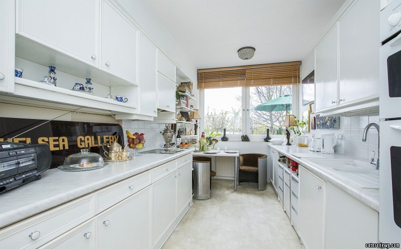 The apartment is just a short walk from Wimbledon common and an easy commute to central London