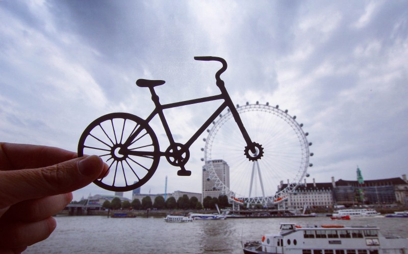 THE LONDON EYE TRANSFORMED INTO A BICYCLE WHEEL
