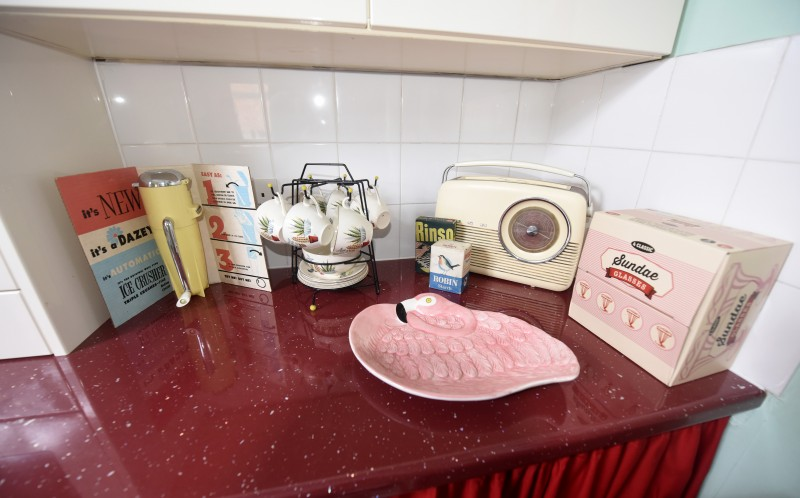 A vintage radio and other 50s inspired items in Emmas kitchen