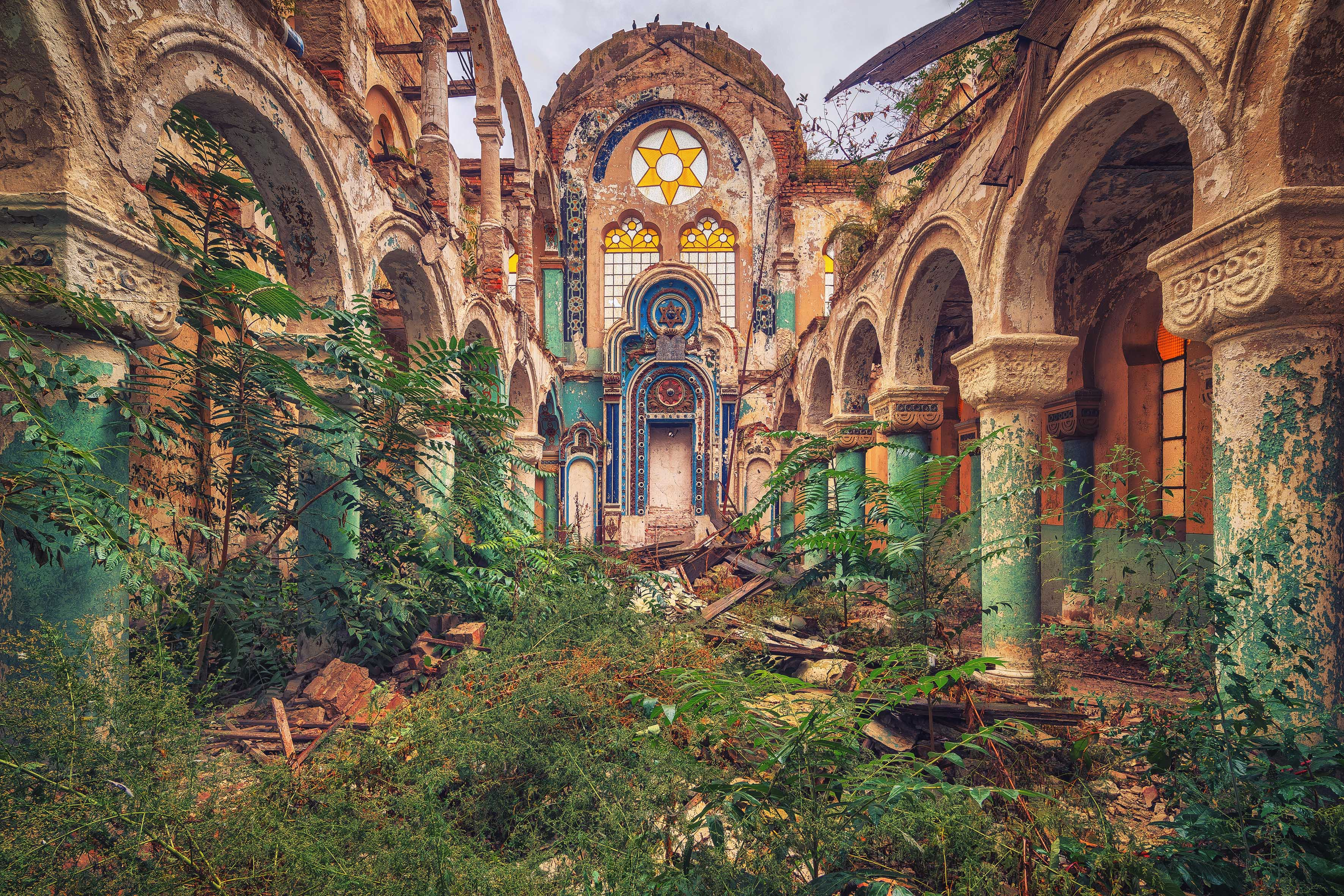 Photographer Finds Beauty In Eerie Abandoned Places Of
