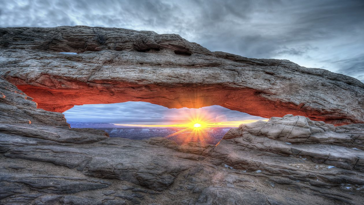 DOUGLAS STRATTON/CATERS NEWS - The sunlight is captured through a natural frame in the American southwest.