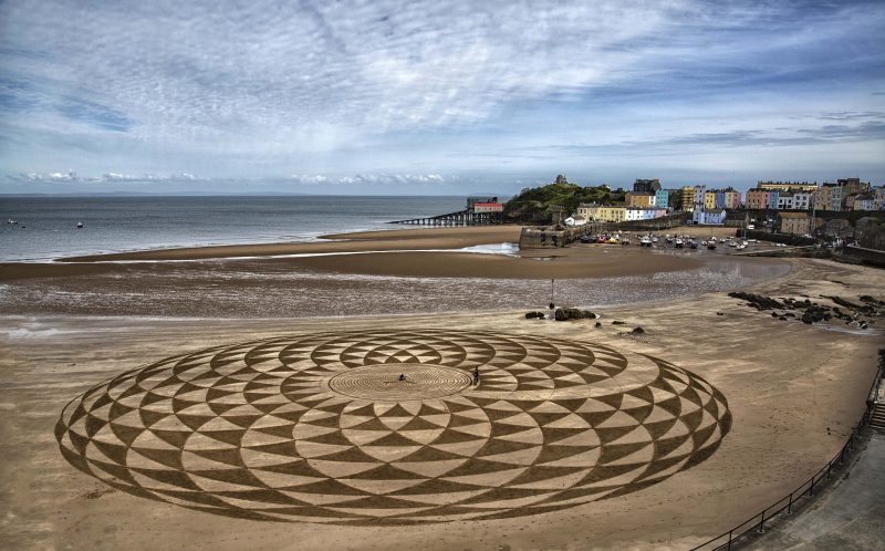 PIC BY ANGELA DEROY-JONES/CATERS NEWS - One of March Treanors sand art pieces in Tenby.