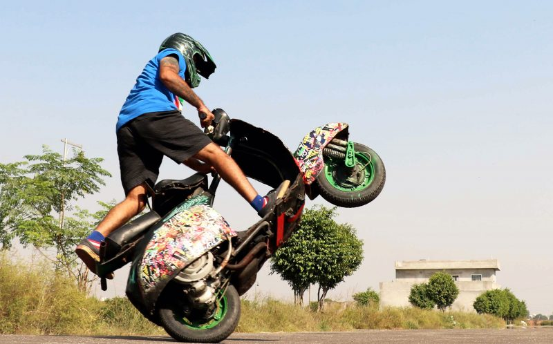 PIC BY AJAY VERMA/CATERS NEWS - Dinesh Verma performs a stunt on his scooter.