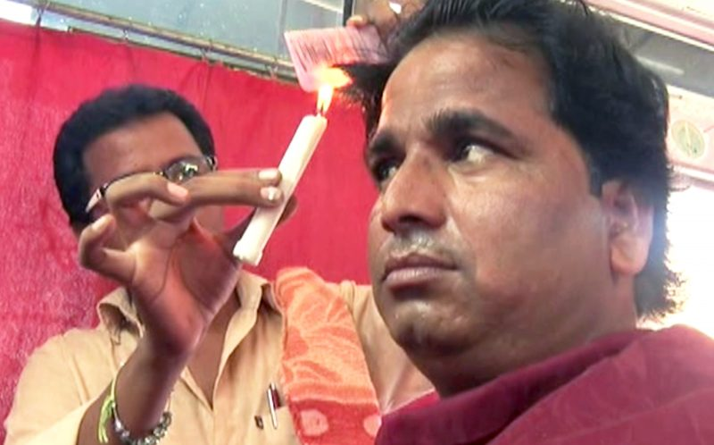 PIC FROM CATERS NEWS - Dasharath Kumar, 28 demonstrates his unusual way of cutting hair.