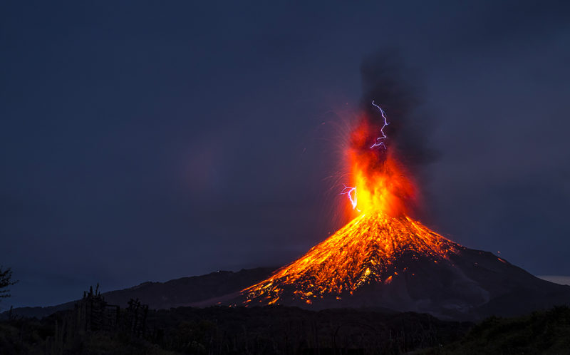 PIC BY HERNANDO RIVERA/MERCURY PRESS & What a pa-lava! Designer captures moment lighting bolt clashes ... azcodes.com
