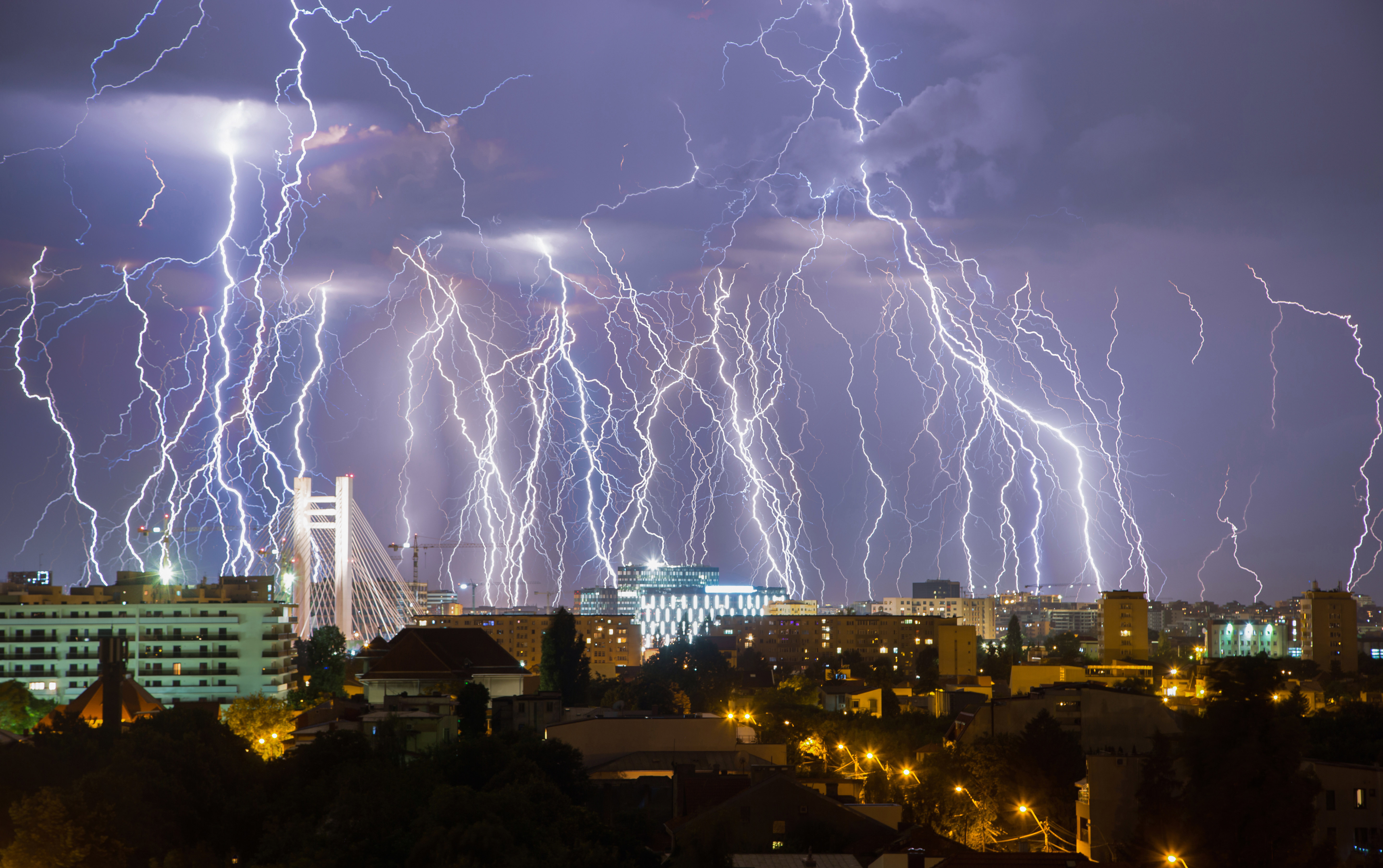 f66895f0503e Stunning photograph shows entire lightning storm in a single image ...